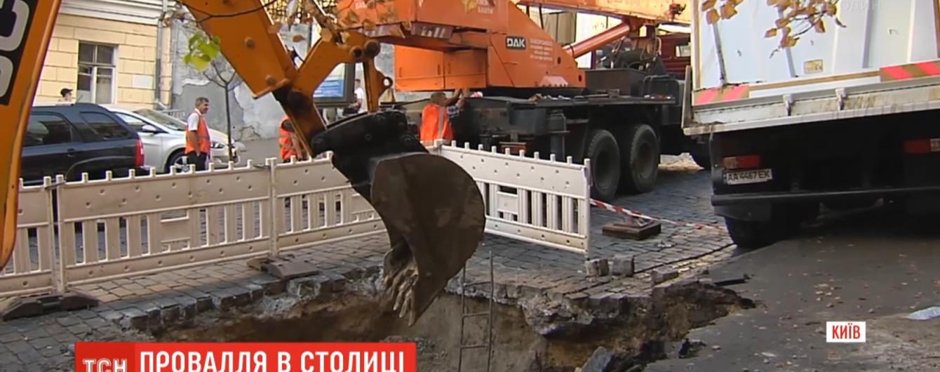 У центрі Києва вантажівка провалилася під асфальт