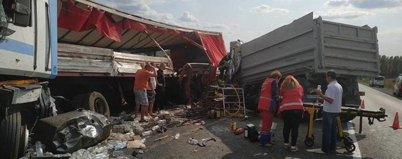 Вблизи Тернополя не разминулись грузовики. Спасатели распилили кабину, чтобы достать водителя