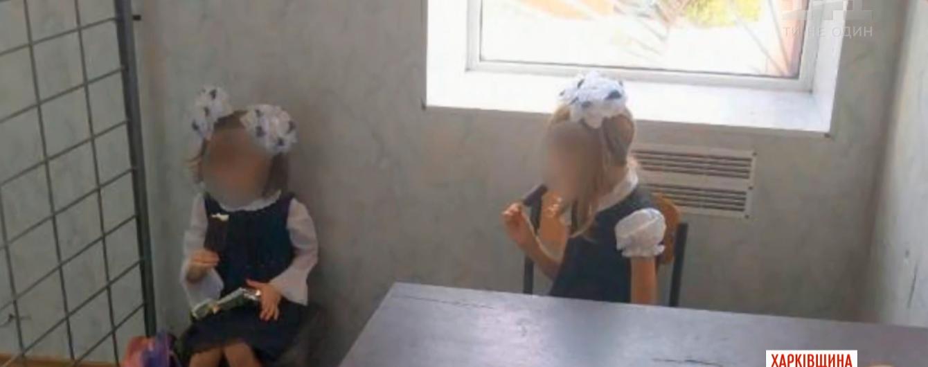 На Харьковщине женщина уехала на заработки и отдала малых детей куме. Та их самих отправила домой