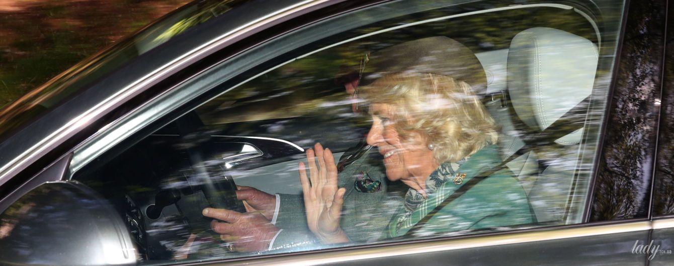 В бирюзовом пальто и шляпе-таблетке: герцогиня Корнуольская Камилла в объективах папарацци