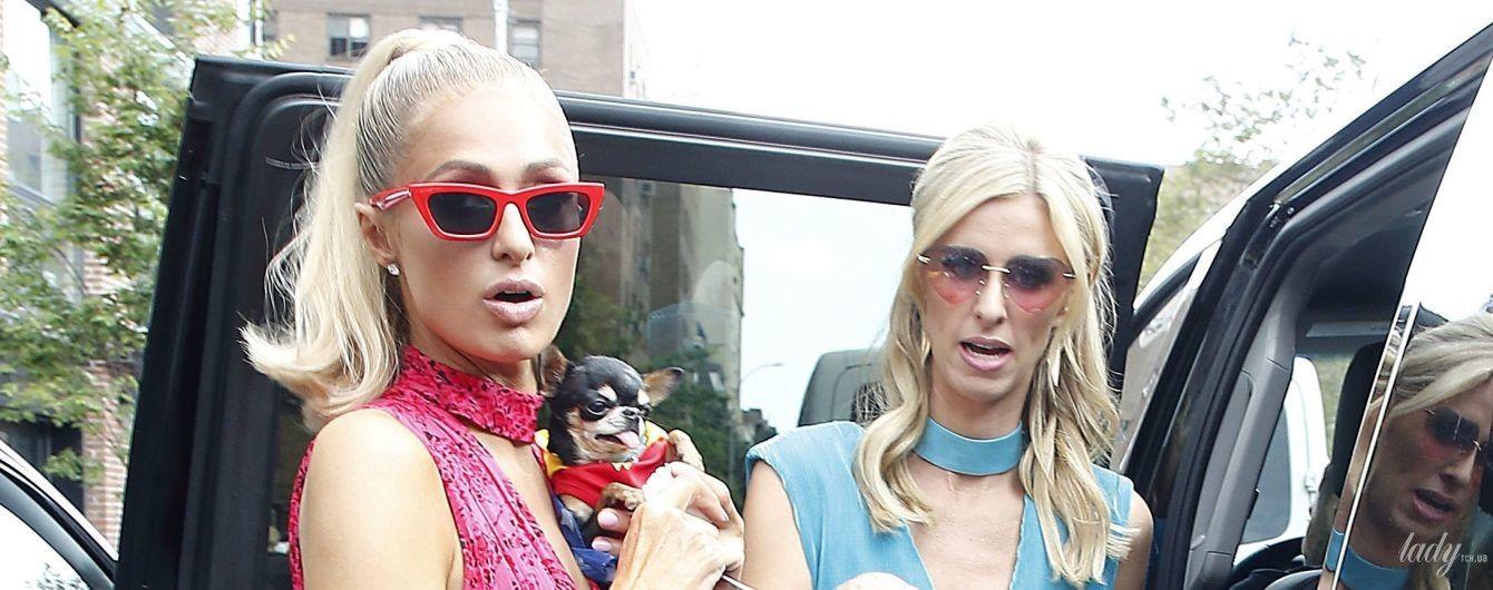 В ярких платьях с V-образными декольте: сестры Хилтон на фэшн-шоу