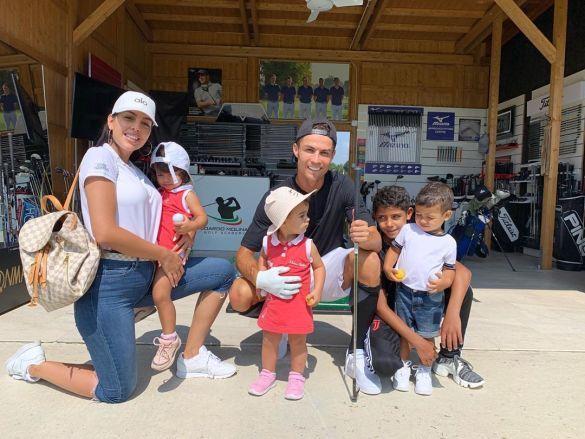 Роналду с Джорджиной и детьми