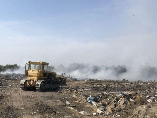 Під Києвом горить сміттєзвалище, яке ніяк не можуть погасити