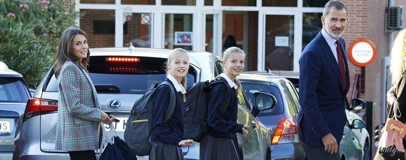 Не так, как Кембриджская: королева Летиция в кроссовках и брюках-скинни отвела дочерей в школу