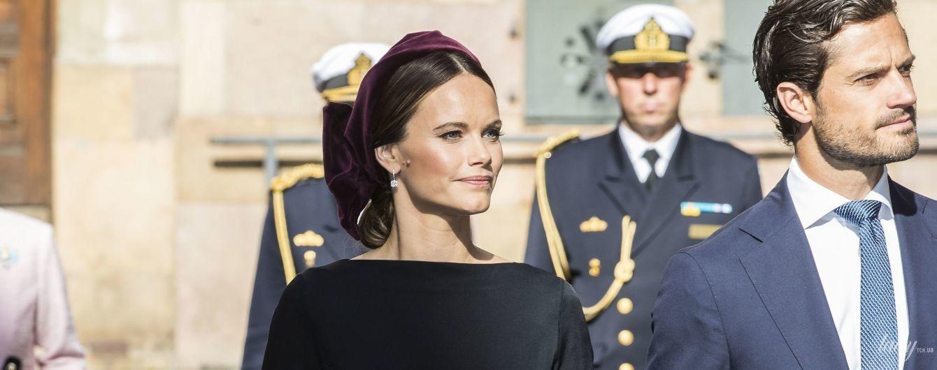 Равняются на королеву: элегантные шведские принцессы Виктория и София посетили Стокгольмский собор