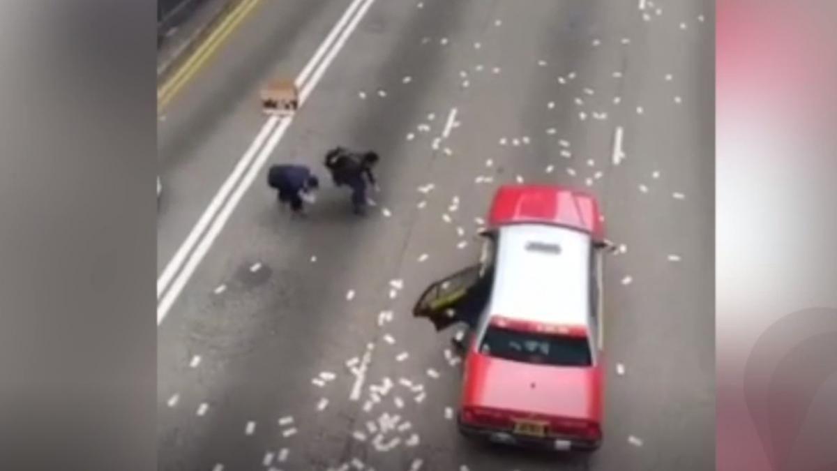 Китаєць розкидав 14 тисяч доларів на дорогу