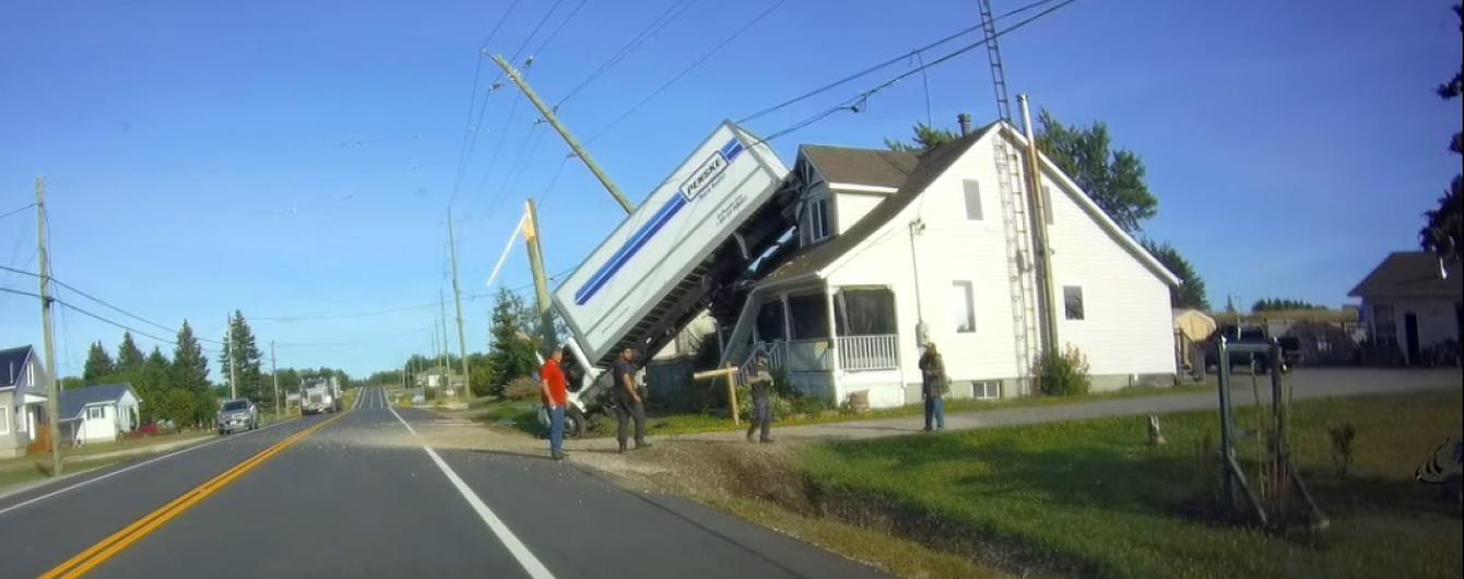 Треш. В Канаде водитель заснял, как фуру выбросило на дом у дороги