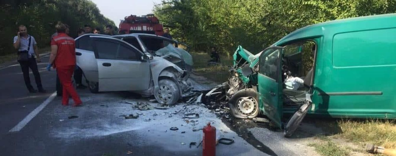 На Київщині під час аваріїї загорівся автомобіль: загинуло троє осіб