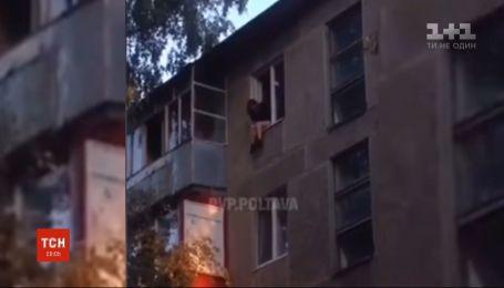 Рятувальники завадили 19-річній дівчині стрибнути із 5-поверхівки у Полтаві