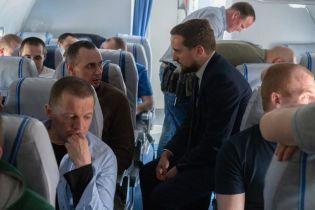 Офис президента обнародовал фильм, как из Москвы забирали освобожденных политзаключенных и моряков