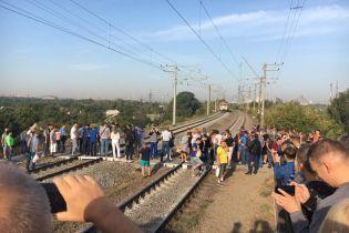 На Троещине возмущенные киевляне заблокировали движение городской электрички