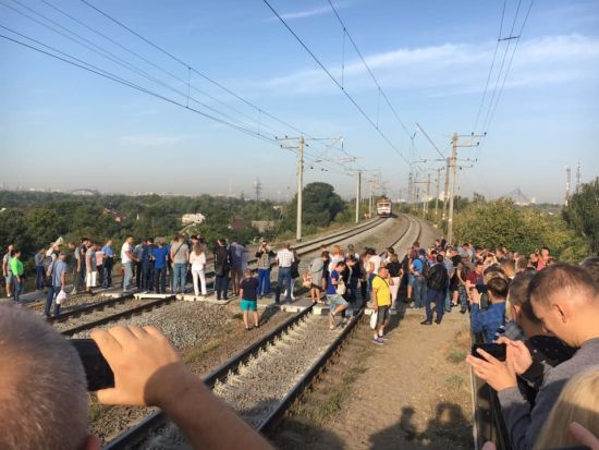 На Троєщині обурені кияни заблокували рух міської електрички
