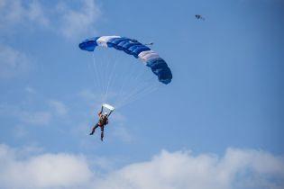В РФ сняли военного, который прыгнул с парашютом и застрял на многоэтажке