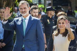 Хороша в белом платье: королева Летиция с мужем-королем сходила на выставку