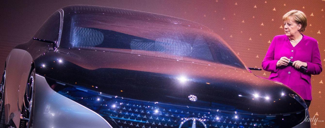 В жакете цвета фуксии возле роскошного автомобиля: эффектный выход Ангелы Меркель