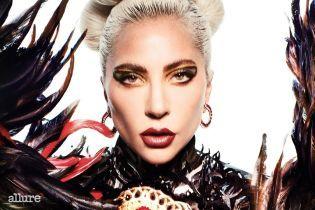 Эпатажная Леди Гага в хищном образе с перьями украсила обложку глянца