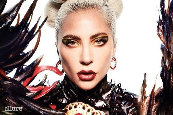 Епатажна Леді Гага в хижому образі з пір'ям прикрасила обкладинку глянцю