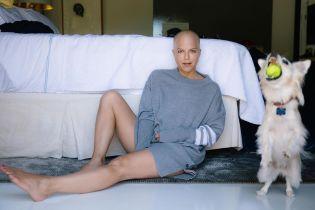 Лысая Сельма Блэр впервые за долгое время вышла без трости на улицу
