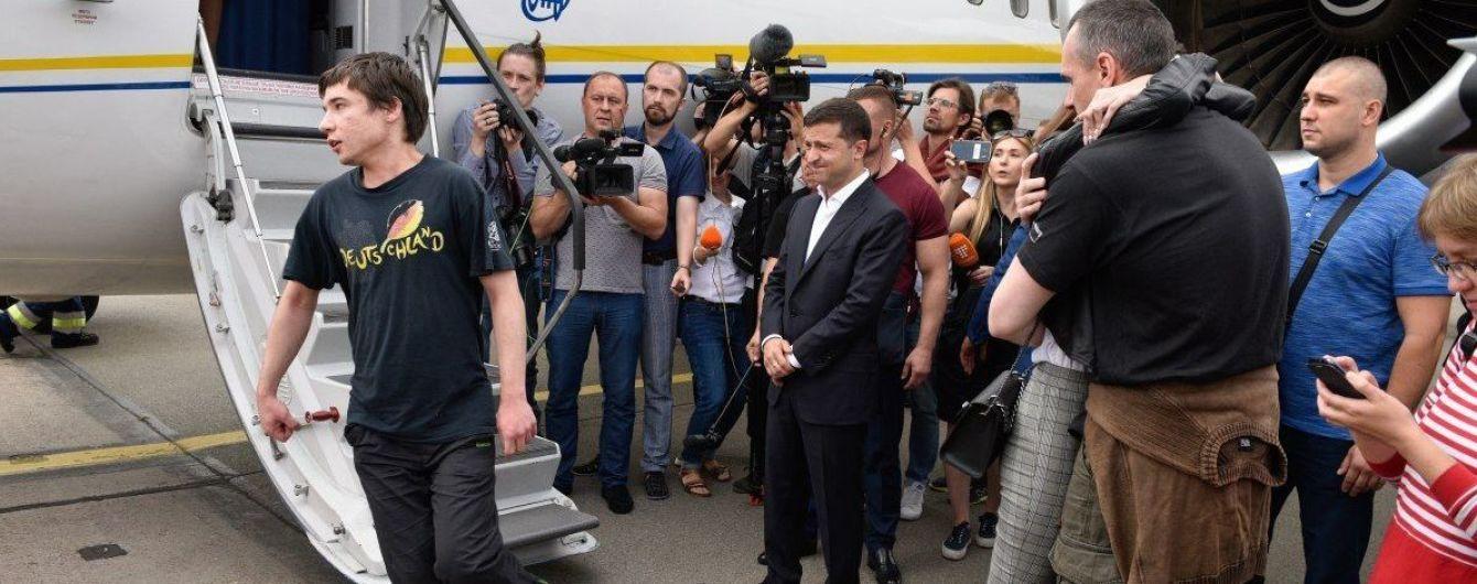 Освобожденный политзаключенный Гриб объяснил, почему не пожал руку Зеленскому