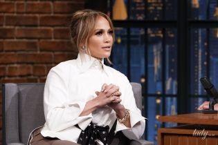 В белой рубашке и брюках с лампасами: Дженнифер Лопес в стильном луке на шоу