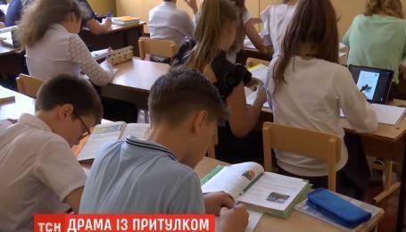 С криками и слезами бежала по коридору: в Одессе соцслужбы прямо с урока забрали в приют 11-летнюю девочку
