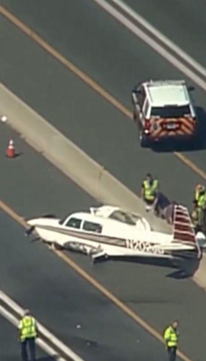 У США легкомоторний літак впав посеред швидкісної траси