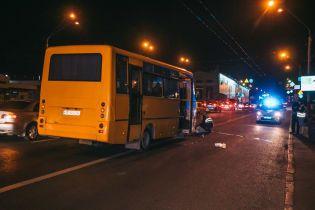 В Киеве мужчину, который перебегал дорогу, насмерть сбила маршрутка