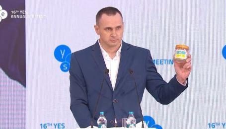 Це була моя маленька боротьба: Сенцов подарував Зеленському тюремну синьо-жовту банку і закликав звільнити всіх полонених