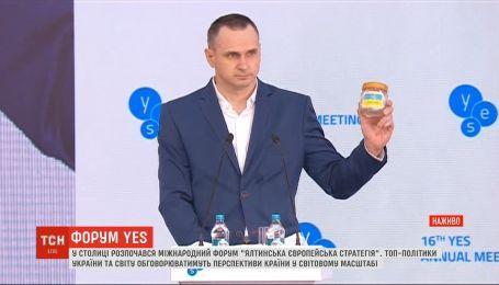 На форуме YES Сенцов показал свои тюремные вещи, а Зеленский анонсировал разведение войск