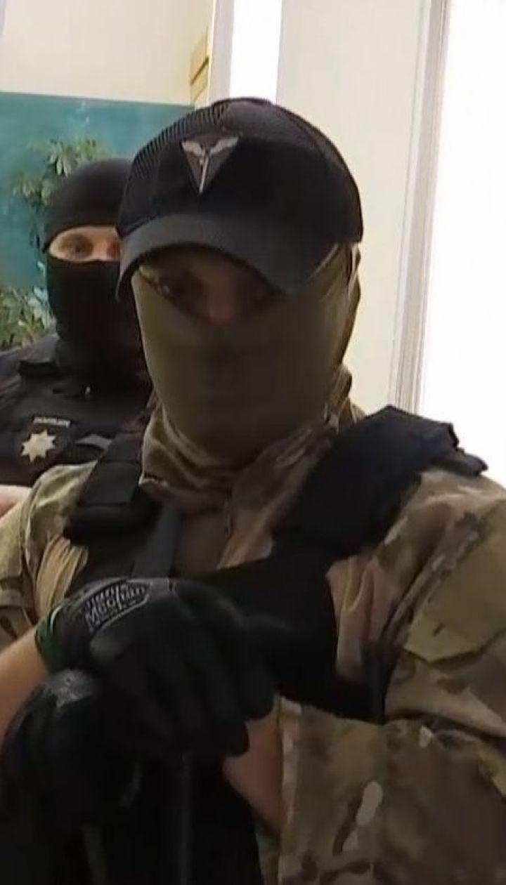 Доки Порошенка допитують у ДБР, його банк обшукують силовики