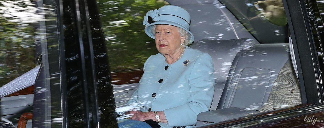 Какая красивая: 93-летняя королева Елизавета II не перестает удивлять своими аутфитами