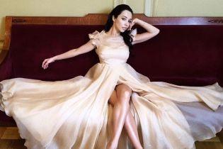 Она прекрасна: Екатерина Кухар в кремовом платье показала стройные ноги