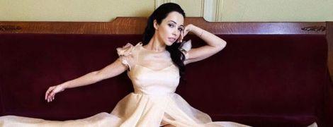 Вона прекрасна: Катерина Кухар у кремовій сукні показала стрункі ноги