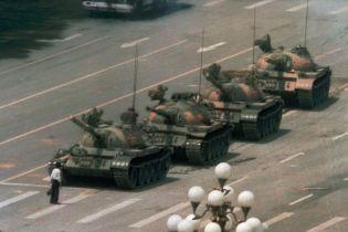 """Помер автор культової світлини """"Невідомий бунтар"""" на площі Тянанмень, фотожурналіст Чарлі Коул"""