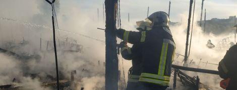 В Киеве дотла сгорел развлекательный клуб на берегу Днепра в Гидропарке