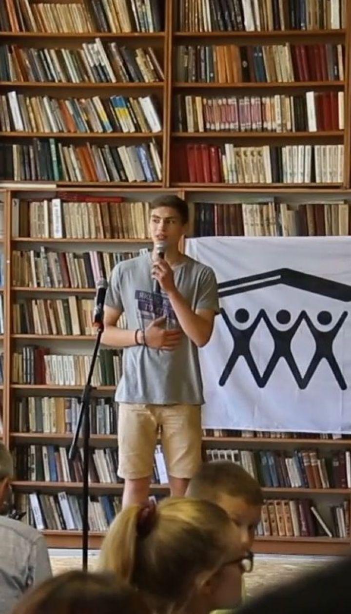 Изменения своими руками: волонтеры реконструируют библиотеку на Ивано-Франковщине