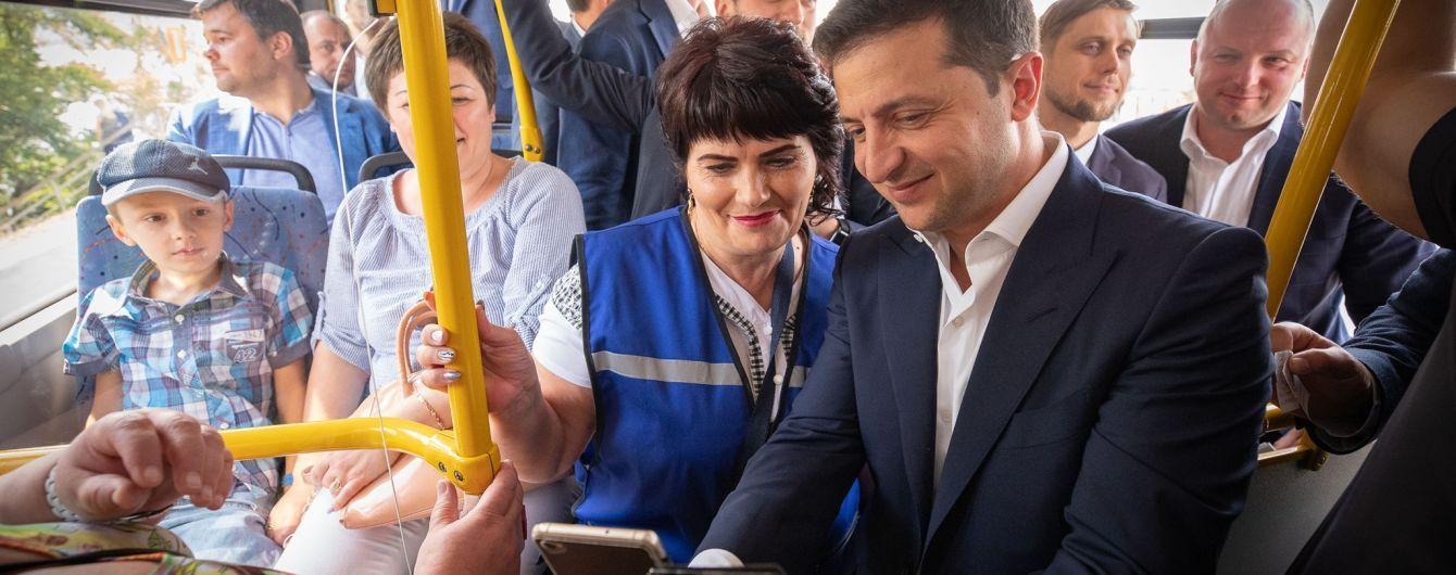 Зеленский в Днепре покатался с мэром на троллейбусе и продолжил пари