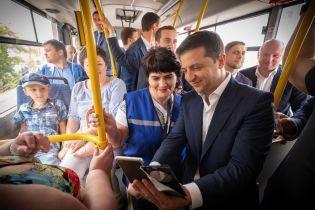 Зеленський у Дніпрі покатався з мером на тролейбусі  і продовжив парі