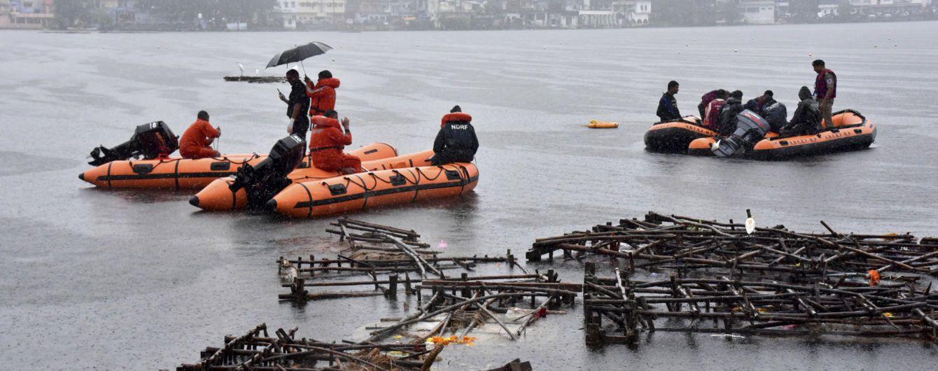 В Індії внаслідок перекидання прогулянкового катера потонули 12 людей
