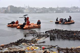 В Индии в результате опрокидывания прогулочного катера утонули 12 человек
