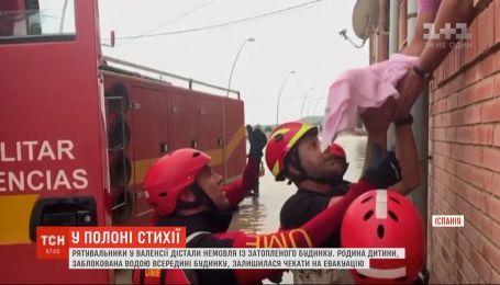 Рятувальники в іспанській Валенсії винесли немовля із затопленого будинку