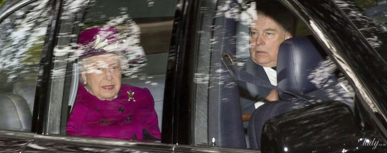 Тепер у фуксії: ефектна королева Єлизавета II зі своїм скандальним сином з'їздила на службу