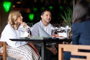 Интересная встреча: Елена Зеленская в клетчатой юбке, Мила Кунис в брючном костюме