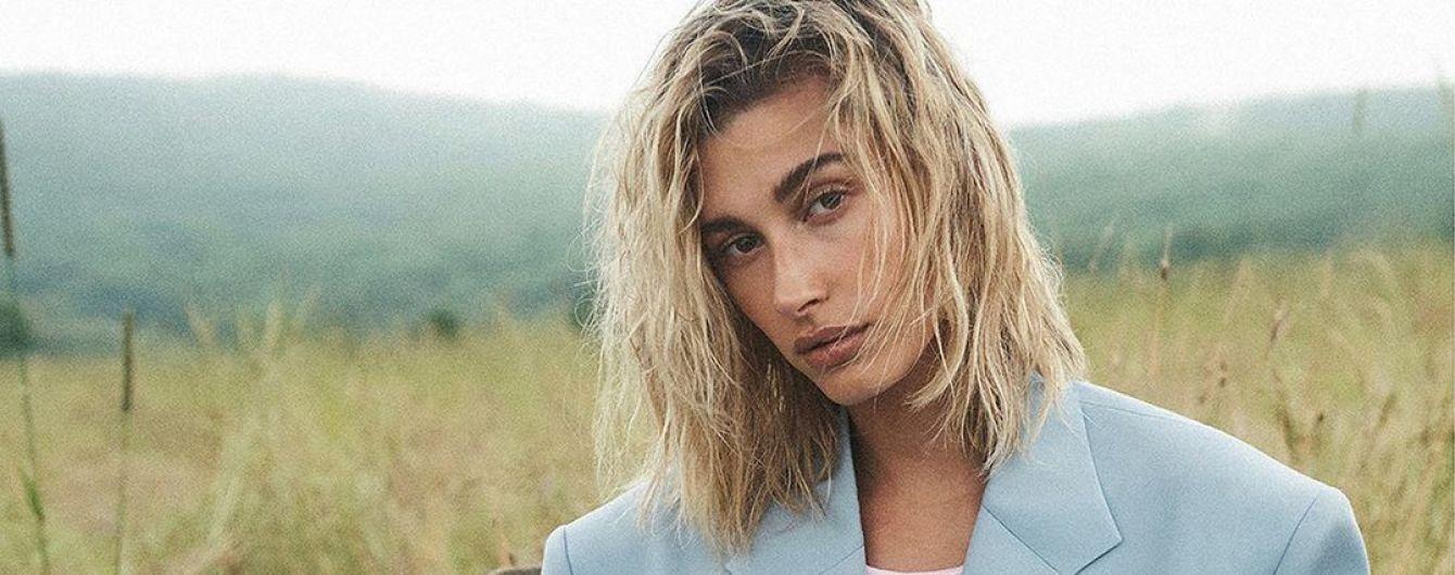 Обнаженная Хейли Болдуин в фотосессии для Vogue прикрыла грудь верхней одеждой