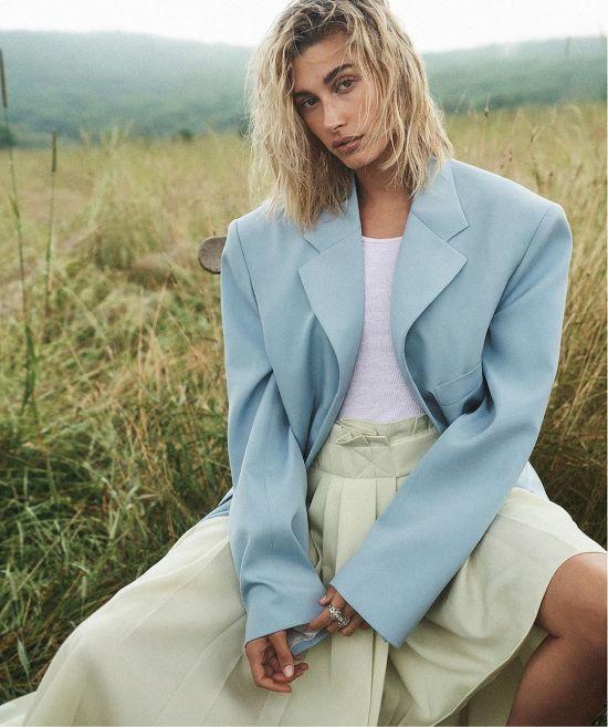 Оголена Гейлі Болдвін у фотосесії для Vogue прикрила груди верхнім одягом