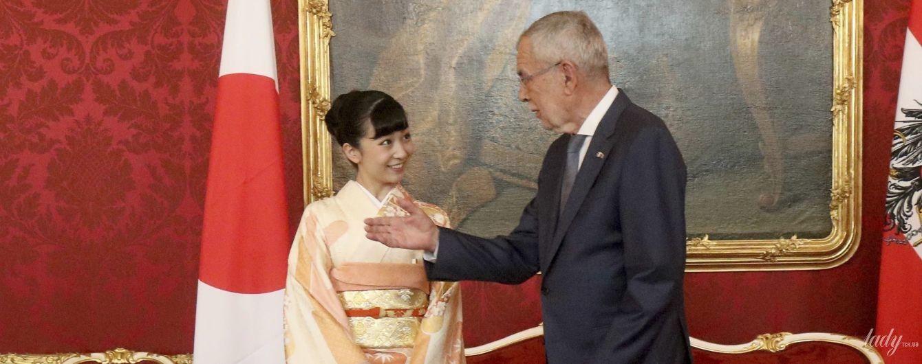 50 відтінків персикового: принцеса Како у красивому національному костюмі зустрілася з президентом Австрії