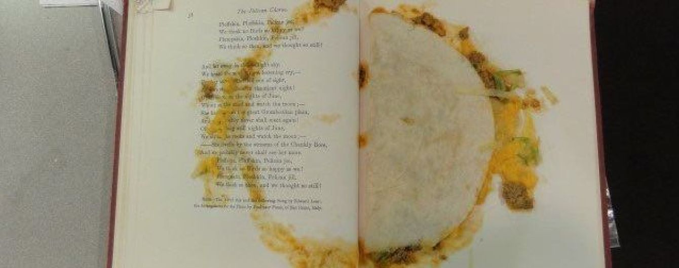 Бібліотекарка з США показала у твітері книжку із їстівною закладкою всередині