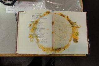 Библиотекарша из США показала в твиттере книжку с сьедобной закладкой внутри