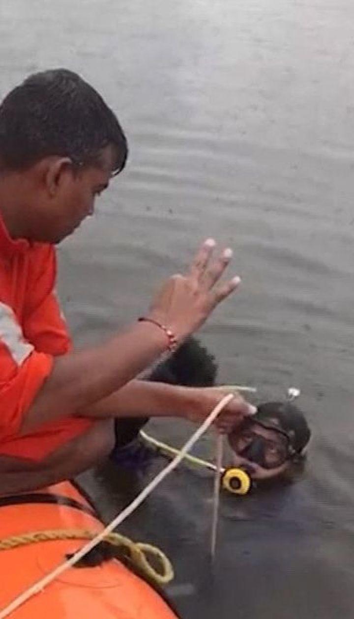 Щонайменше 12 людей загинули внаслідок затоплення прогулянкового човна в Індії