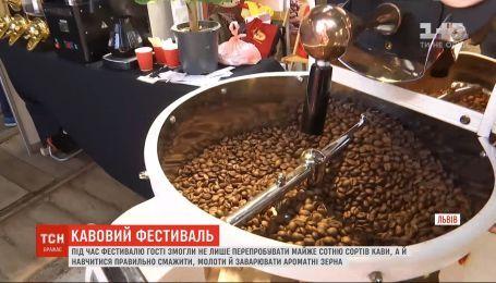 """Під час фестивалю """"На каву до Львова"""" гості вчилися правильно смажити та заварювати ароматні зерна"""